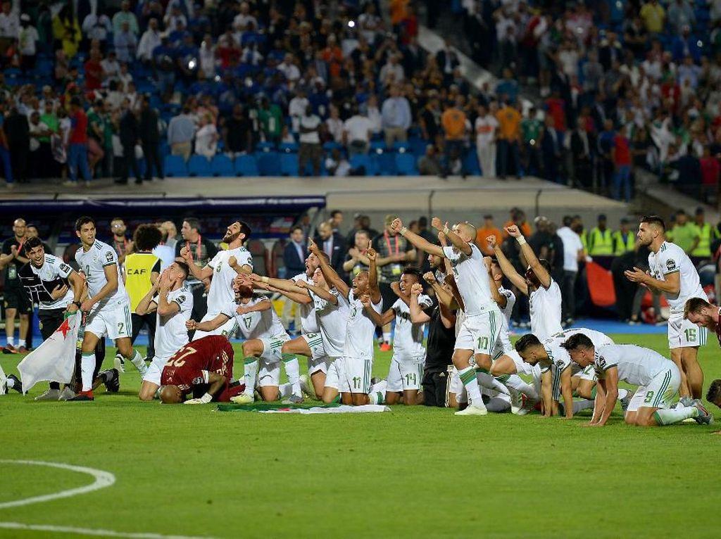 Kegembiraan timnas Aljzair usai dipastikan menjuarai Piala Afrika 2019. Foto: MOHAMED EL-SHAHED / AFP