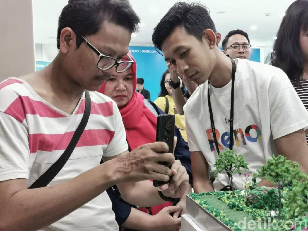 Salah satu tim berusaha mencari angle menarik (Foto: Agus Tri Haryanto/detikINET)