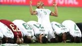 Yacine Brahimi bersorak di antara pemain-pemain Aljazair yang merayakan kemenangan dengan melakukan sujud bersama-sama. (REUTERS/Suhaib Salem)