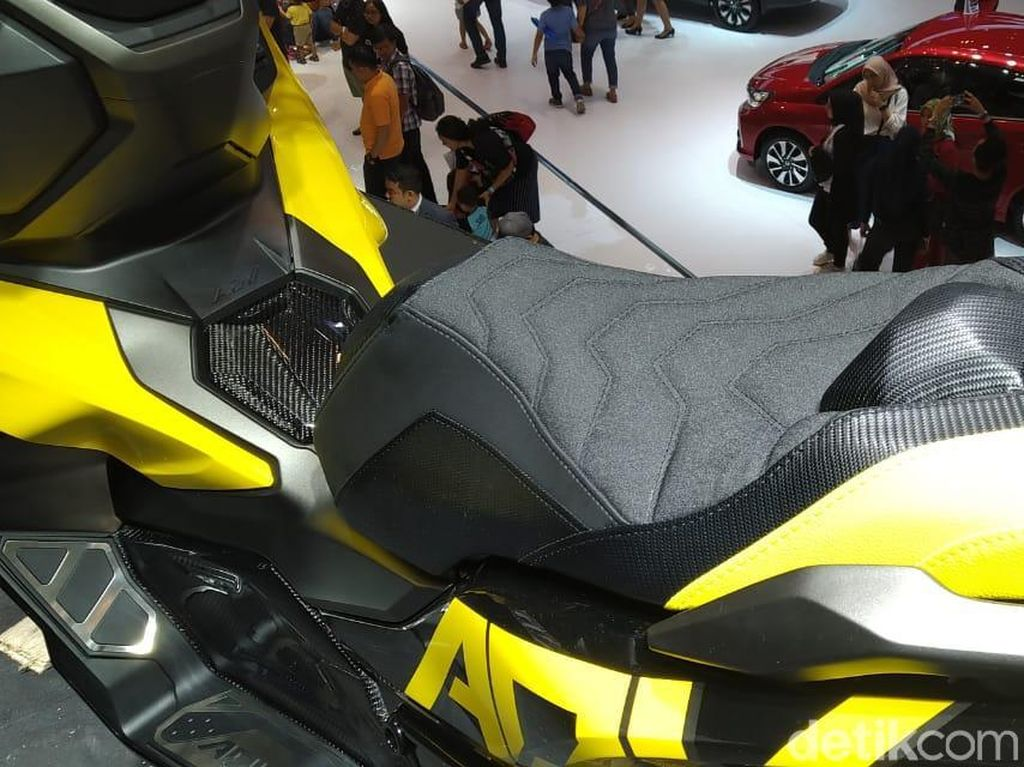 Jok motor Honda ADV 150 modifikasi. Joknya juga sudah dicustom dengan model double seat. Foto: PT Astra Honda Motor