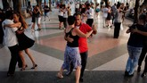 Dua tahun lalu misalnya, mereka meluncurkan marathon tango dan festival tahunan Havana, di samping mengadakan kelas reguler dan milongas, atau acara tarian tango. (REUTERS/Alexandre Meneghini).