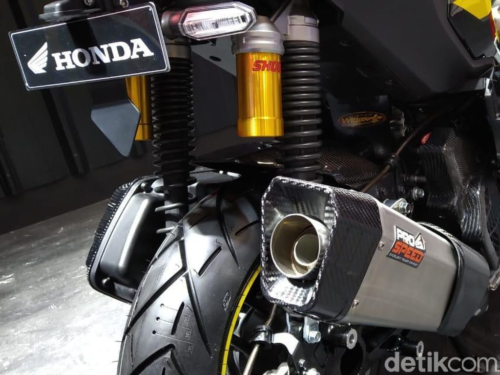 Pada kakinya, motor modifikasi ini menggunakan ban depan tubeless berukuran 120/70 14, ban belakang 140/60 13 dengan Exhaust System Pro Speed Viper. Foto: PT Astra Honda Motor