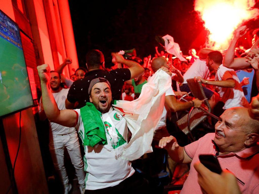 Fans Aljazair yang bersuka cita. Foto: Jean-Paul Pelissier / Reuters