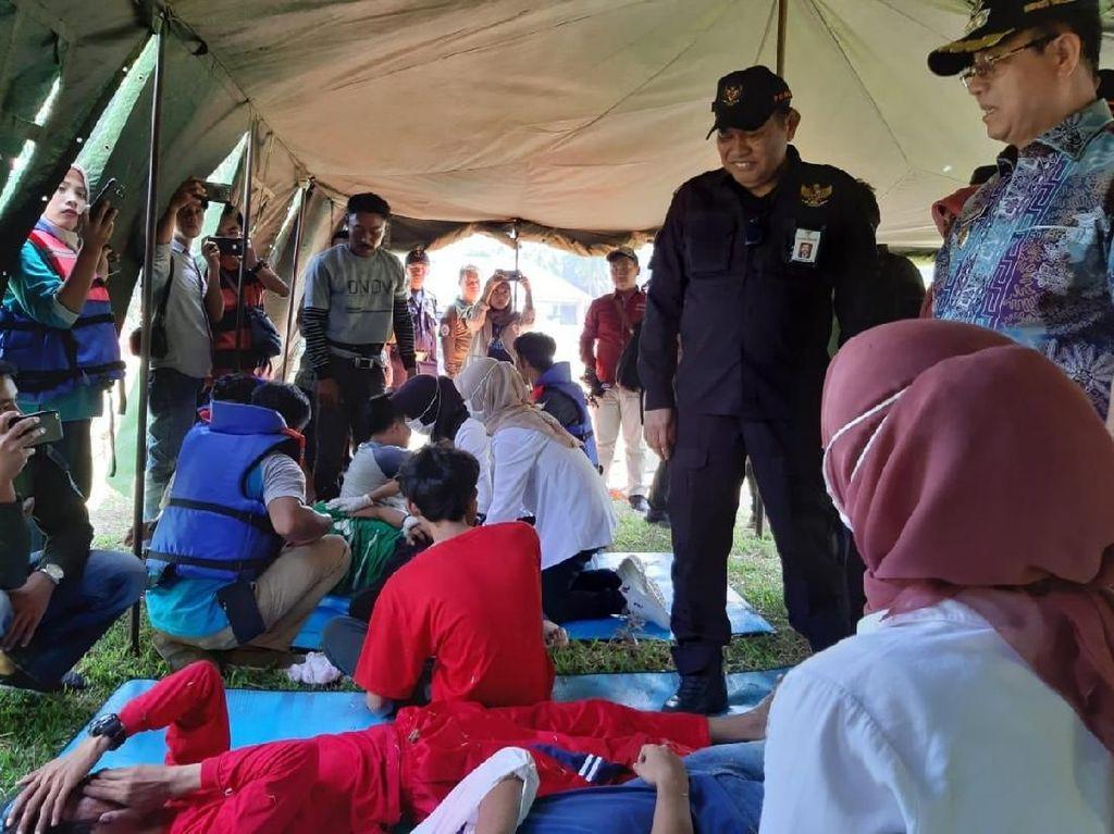 Hasman Maani (baju hitam) Direktur Penanganan Daerah Rawan Bencana Direktorat Pengembangan Daerah Tertentu dan Bupati Seluma Bundra Jaya saat meninjau pelaksaan simulasi penanggulangan bencana.