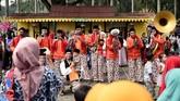 Kelompok musik mementaskan Tanjidor saat Lebaran Betawi 2019 di lapangan silang Monumen Nasional (Monas), Jakarta, Sabtu (20/7). (ANTARA FOTO/M Risyal Hidayat)