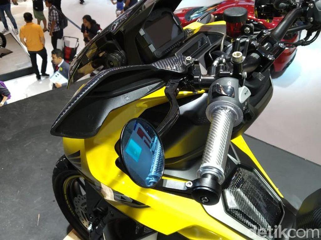 Warna motor Honda ADV 150 modifikasi beraliran Street itu merupakan hasil kombinasi hitam-kuning yang eye catching serta grafis bertema Sporty. Foto: PT Astra Honda Motor