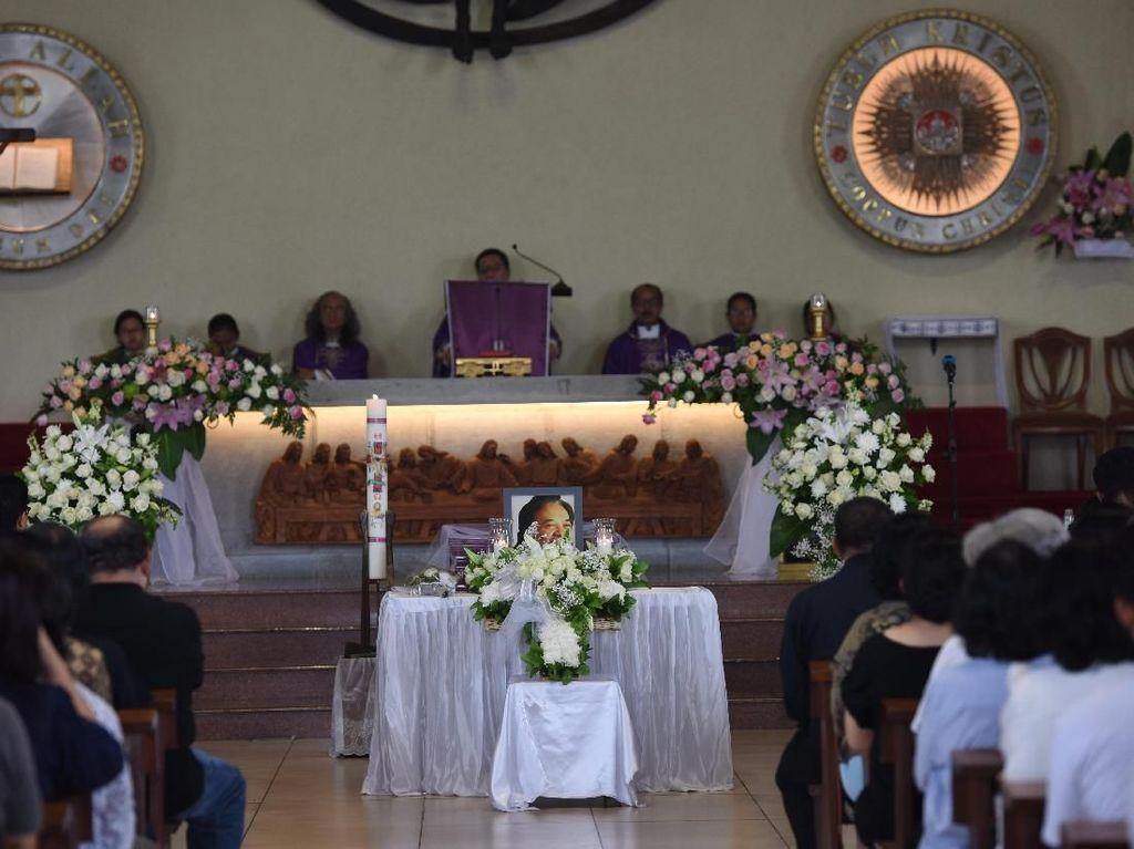 Jenazah Arswendo Atmowiloto dimakamkan di San Diego Hills, Karawang pada Sabtu (20/7/2019). Foto: Noel/detikHOT