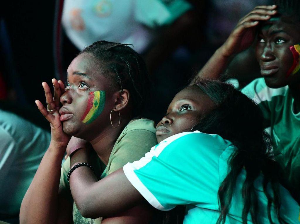 Fans Senegal yang terluka. Foto: Sylvain Cherkaoui / Reuters