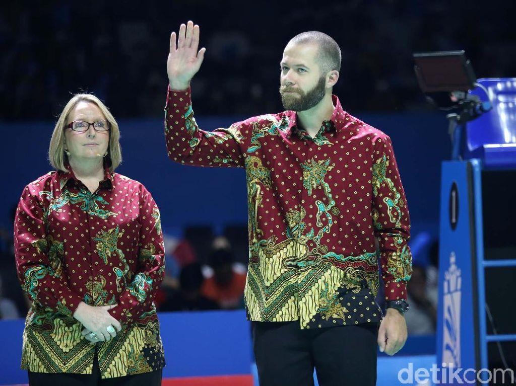 Seperti yang terpantau detikSport, khusus di partai semifinal wasit-wasit yang bertugas di Indonesia Open kini menggunakan batik.