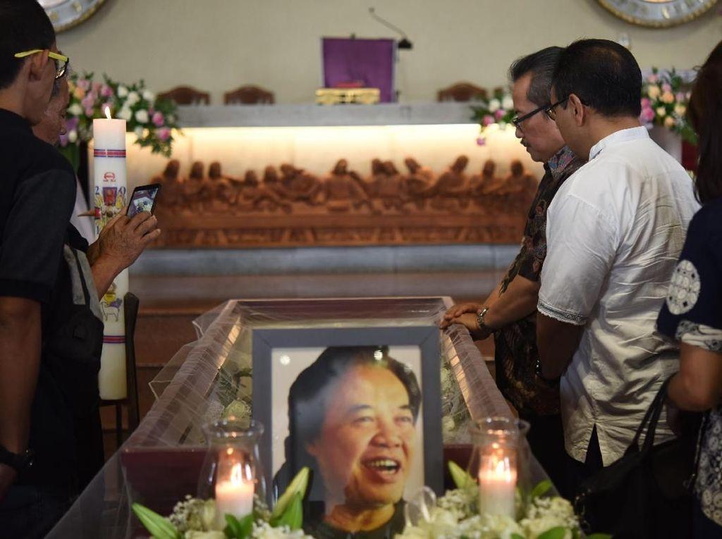 Jenazah Arswendo Atmowiloto dilepas di Gereja St Matius Penginjil. Keluarga dan kerabat larut dalam kesedihan. Foto: Noel/detikHOTFoto: Noel/detikHOT