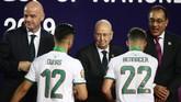 Pemain-pemain Aljazair menjalani proses pengalungan medali dan mendapat ucapan selamat dari Presiden interim Aljazair Abdelkader Bensalah. (REUTERS/Sumaya Hisham)