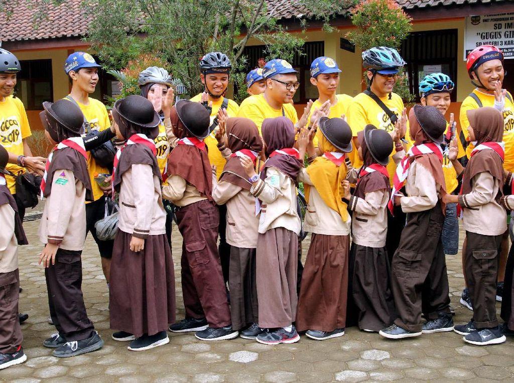 Selain melakukan kegiatan sepeda jarak jauh dengan berbagai komunitas untuk mengkampanyekan gaya hidup sehat, Herbalife Nutrition Indonesia juga menyerahkan bantuan kepada SDN 3 Karang Tengah, Batu Raden guna mendukung kegiatan belajar mengajar anak-anak yang membutuhkan.