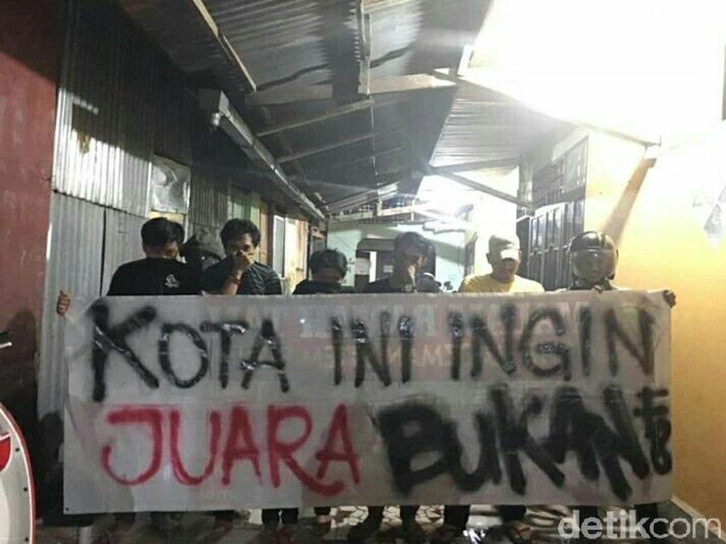 Selain itu, tulisan di spanduk ini juga diharapkan dapat menyentuh hati para pimpinan Kota Makassar dan Provinsi Sulawesi Selatan untuk lebih memperhatikan fasilitas di bidang sepakbola.