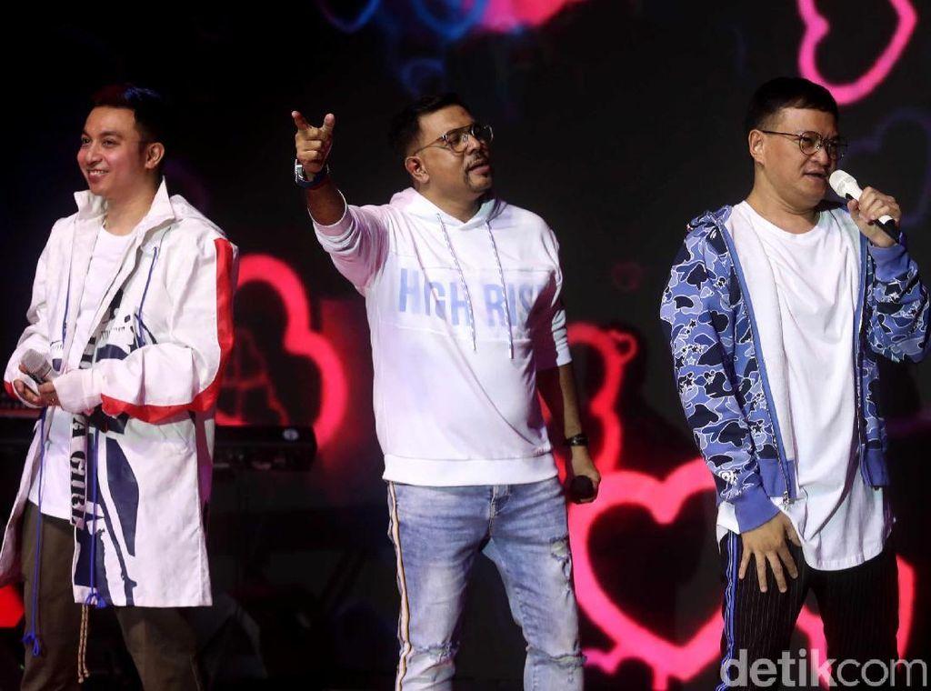 Kahitna Bikin Penonton Indonesia Open Nyanyi Bareng
