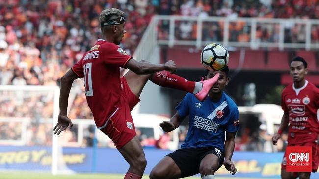 Gelandang Persija Jakarta Bruno Matos kembali tampil di bawah performa terbaiknya. Ia lebih banyak melakukan aksi individu yang tak perlu sehingga bola dengan mudah direbut pemain lawan.(CNN Indonesia/Andry Novelino)