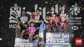 Dengan gelar di tahun 2019, Kevin/Marcus (kanan) sudah meraih dua kali juara Indonesia Open setelah 2018. Sedangkan Ahsan/Hendra baru satu kali juara Indonesia Open yaitu pada 2013.(CNN Indonesia/Adhi Wicaksono)