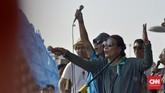 Dalam aksi ini, Menteri Susi juga mengajak dua orang anak dan empat cucu-nya ikut aksi pawai tolak plastik sekali pakai. Hadir juga dalam aksi Kaka dan Ridho Slank, serta musisi Navicula dari Bali serta sejumlah tokoh lainnya. (CNN Indonesia/Daniela Dinda)