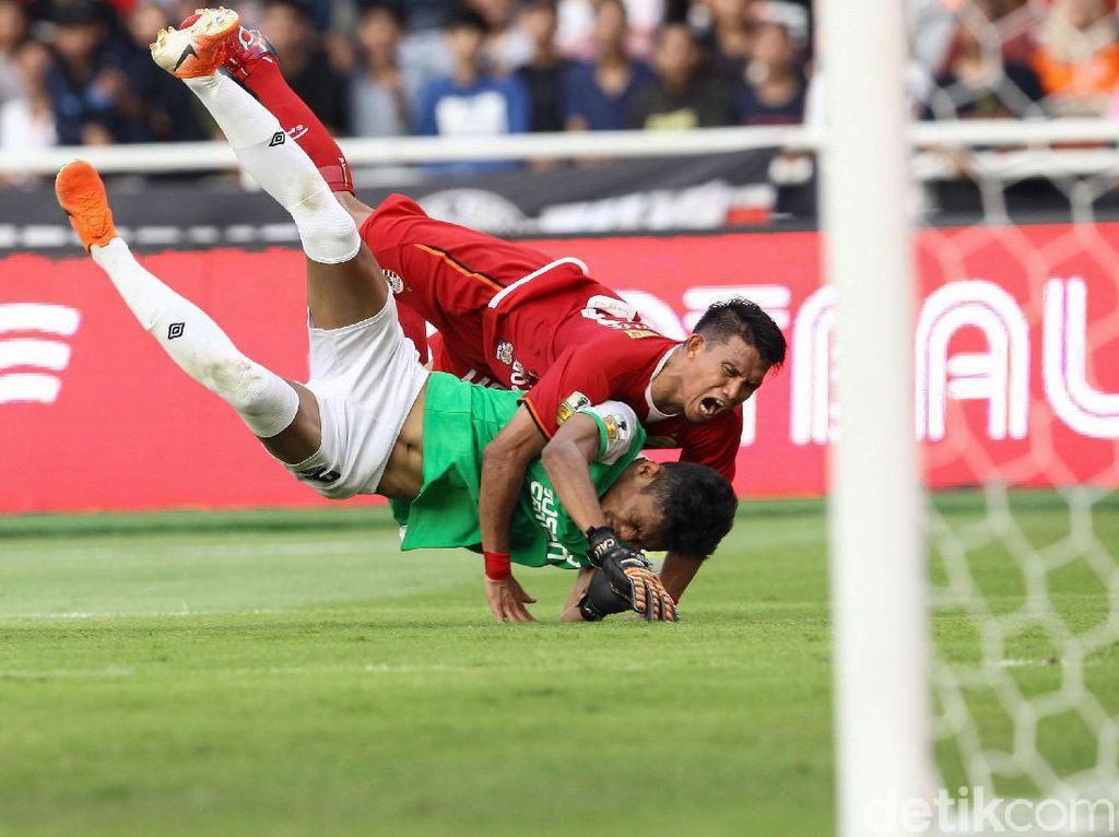 M Rahmat melepaskan tembakan dari luar kotak penalti Persija di menit ke-62. Bola meluncur deras, namun masih belum mengarah ke gawang Shahar Ginanjar.