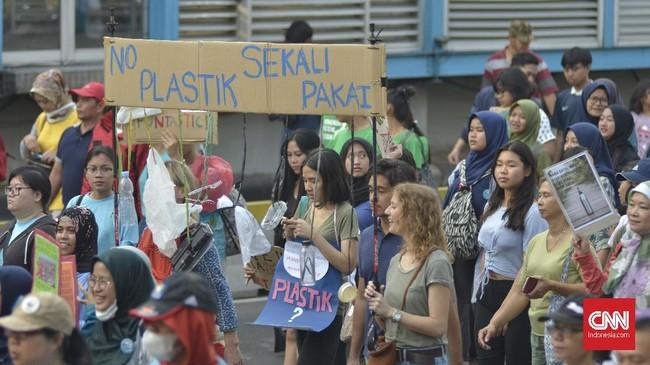 Poin penting yang menjadi desakan para peserta dalam kampanye ini yakni menuntut pemerintah melarang plastik sekali pakai yang berlaku secara nasional. (CNN Indonesia/Daniela Dinda)