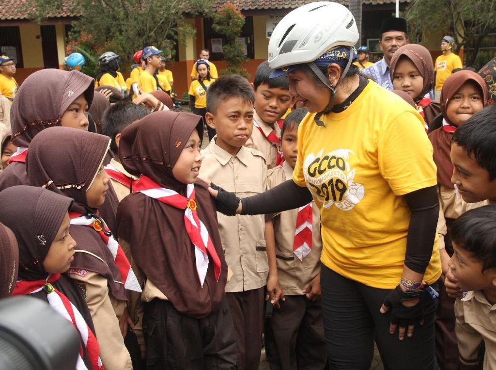 Senior Director & General Manager Herbalife Nutrition Indonesia Andam Dewi (tengah) berbincang dengan anak didik Sekolah Dasar di Purwokerto, Banyumas di sela kegiatan Golden Circle Camp Out 2019 di Purwokerto, Banyumas, Jawa Tengah.