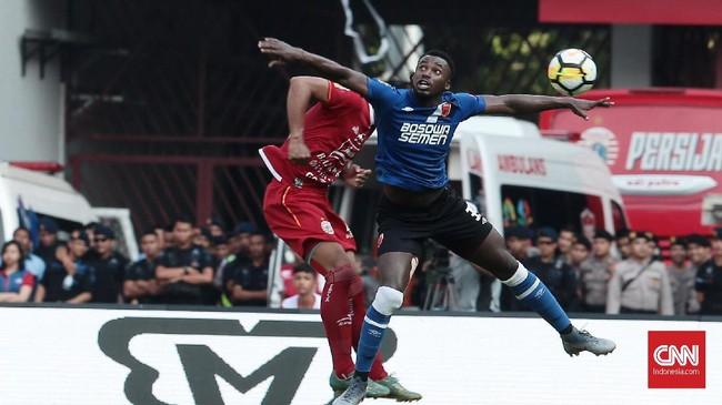 Striker PSM Makassar Guy Junior sedikitnya memiliki dua peluang emas namun masih bisa digagalkan Shahar Ginajar yang tampil gemilang di laga ini. (CNN Indonesia/Andry Novelino)
