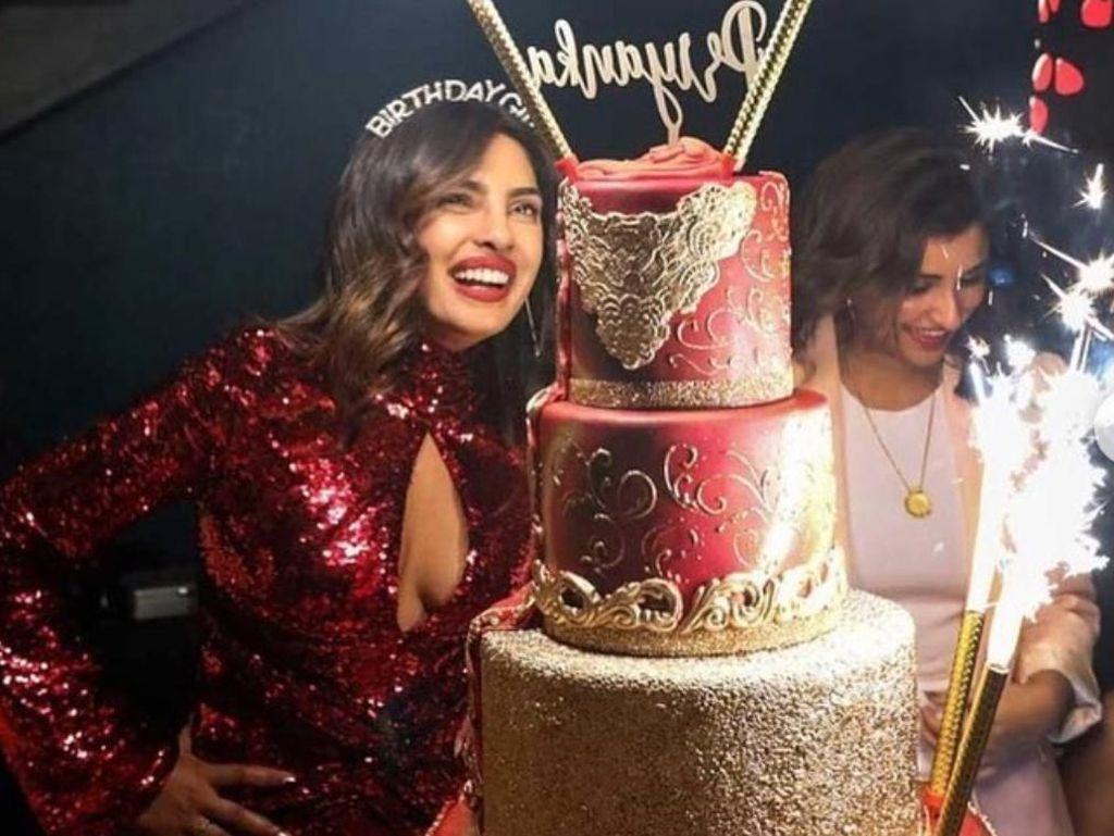 Priyanka Chopra Dapat Kejutan Cake Mewah 5 Tingkat dari Nick Jonas