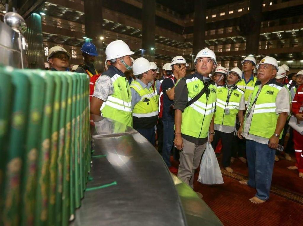 Di selasar tengah, Menteri Basuki mendapatkan penjelasan mengenai pembersihan seluruh lantai yang saat ini kusam sehingga nantinya lebih berkilap. Dari perhitungan alat glossy meter, setelah dilakukan pembersihan, maka tingkat kilap lantai Masjid Istiqlal menunjukan angka 132 dibanding sebelumnya yakni 32.