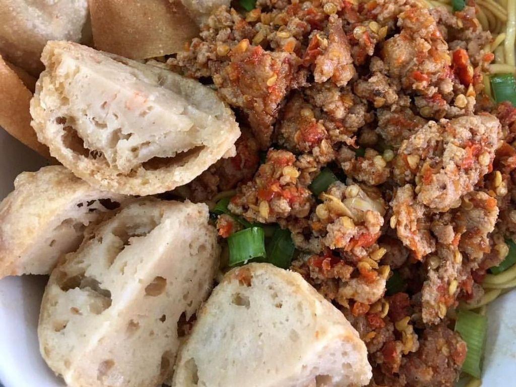 Yamien ini topping ayamnya diberi cabai hingga pedas gurih. Wah pelengkapnya pangsit dan bakso goreng. Siapa mau? Foto : Instagram @inari.dapur
