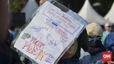 Pemerintah juga dituntut memperbaiki sistem tata kelola sampah berupa: penegakan sistem pemilihan sampah dari sumber hingga akhir serta mendukung produksi kemasan dalam negeri yang pro-lingkungan, pro-kearifan lokal dan bebas plastik. (CNN Indonesia/Daniela Dinda)