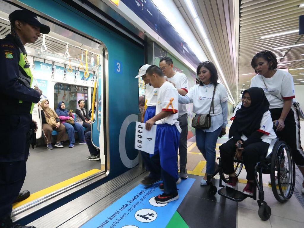 Serunya Naik MRT dengan Para Penyandang Disabilitas