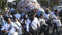 FOTO: 'Monster Sampah' di Pawai Bebas Plastik