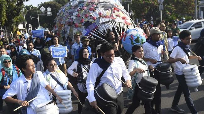 Pawai bebas plastik ini diklaim menjadi aksi terbesar di Indonesia untuk menolak penggunaan plastik sekali pakai. (ANTARA FOTO/Akbar Nugroho Gumay)