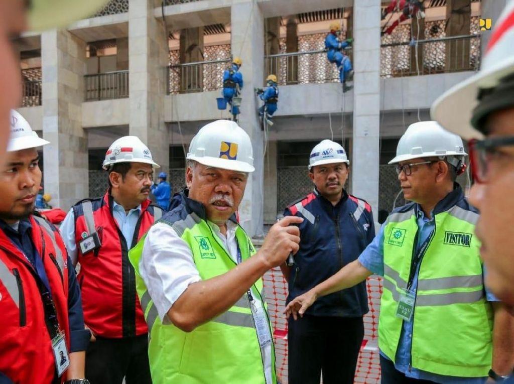 Renovasi Masjid Istiqlal dilaksanakan oleh PT Waskita Karya sebagai kontraktor pelaksana dan PT. Virama Karya selaku konsultan manajemen konstruksi. Nilai kontrak pelaksanaan renovasi sebesar Rp 465,3 miliar dengan masa pekerjaan 300 hari kalender menggunakan APBN Tahun Jamak (2019-2020). Selama proses renovasi, jamaah tetap dapat melakukan kegiatan ibadah di Masjid Istiqlal.