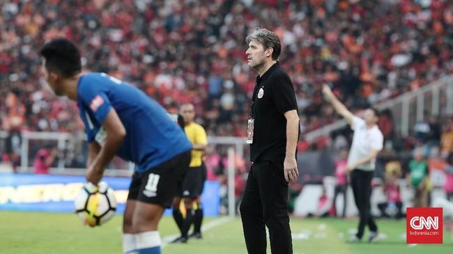 Pelatih Persija Julio Banuelos sempat frustrasi menyaksikan skuat arahannya kesulitan mencetak gol meski mendominasi pertandingan. (CNN Indonesia/Andry Novelino)
