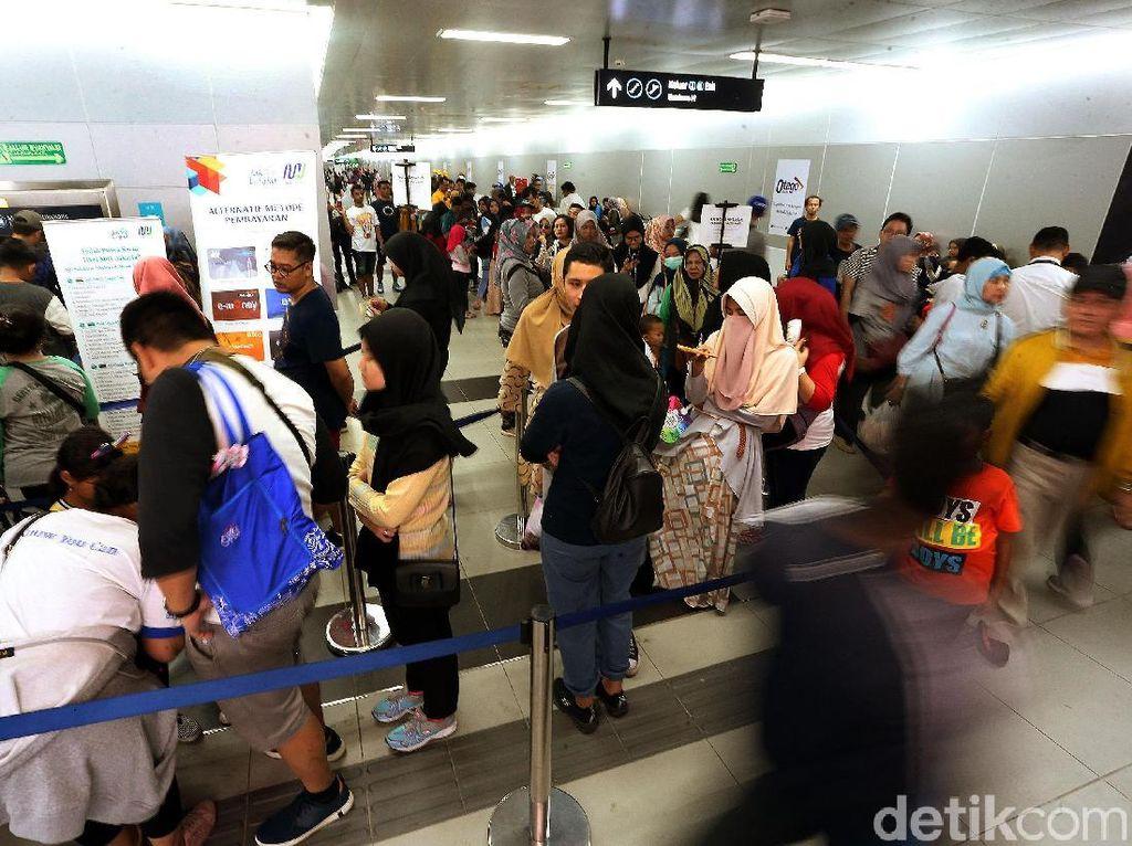 Warga menikmati berkeliling Jakarta dengan kereta cepat MRT.