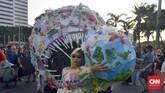Monster plastik menyerupai ikan raksasa memiliki berat 500 kilogram (kg) diarak dari Bundara HI menuju Taman Aspirasi Monumen Nasional (Monas) dalam pawai tolak plastik sekali pakai, Minggu (21/7). (CNN Indonesia/Daniela Dinda)