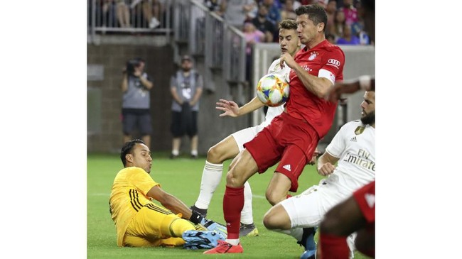 Striker andalan Bayern Munchen yang baru turun di babak kedua, Robert Lewandowski, berhasil menaklukkan Keylor Navas sekaligus membawa The Bavarian unggul 2-0. (Kevin Jairaj/USA TODAY Sports)