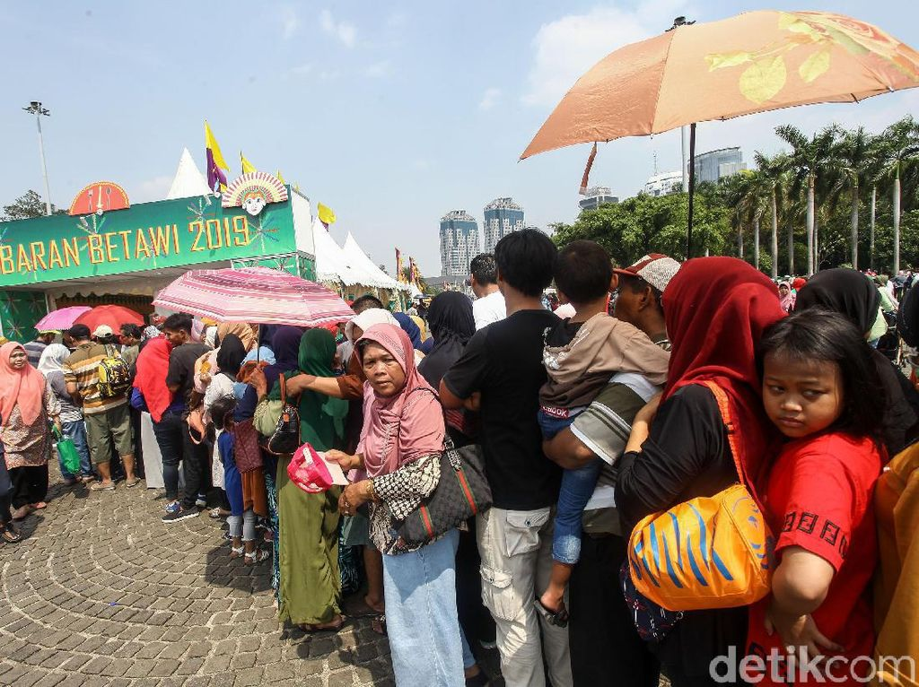 Sejak pagi, ribuan warga sudah memadati kawasan Monas.