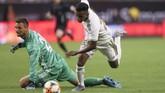 Bayern Munchen kehilangan satu pemain setelahSven Ulreichmendapat kartu merahsetelah melanggar gelandang Real MadridRodrygo. Rodrygo juga yang memperkecil kedudukan untuk Madrid di menit ke-84. (Thomas B. Shea/USA TODAY Sports)