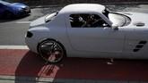 Saat kedua pintu tertutup rapat, sepeda kayuh ini berbodi Mercedes SLS AMG ini sangat mencuri perhatian di jalanan. (REUTERS/Kacper Pempel)