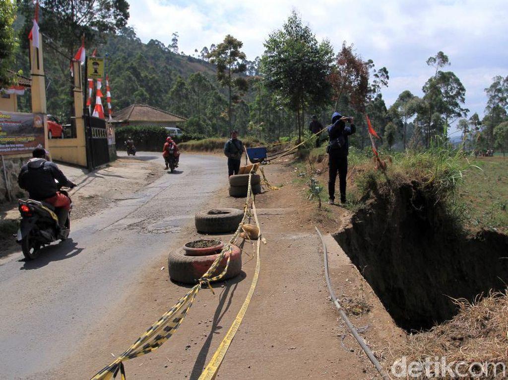 Pantauan detikcom, tebing yang ambrol ke jurang sedalam 30 meter itu tepat berada di depan Mapolsek Kertasari. Bahu jalan di tebing tersebut terus terkikis.