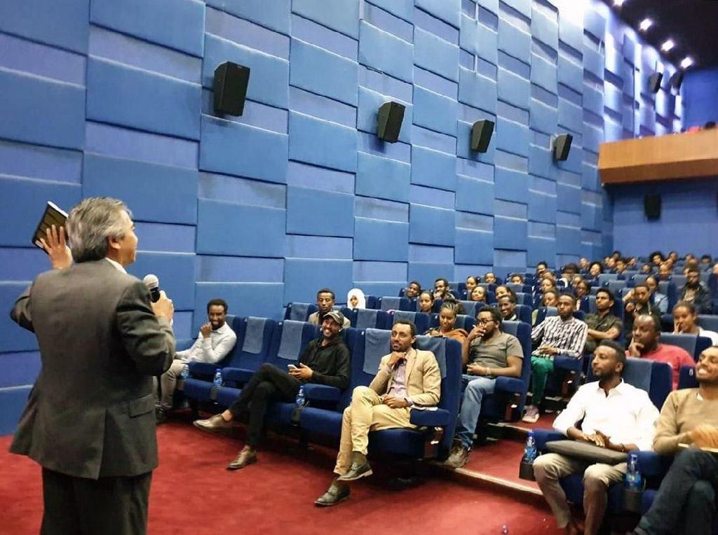 Acara tersebut dihadiri sekitar 200 orang yang terdiri dari pelajar, mahasiswa, pengusaha muda, wirausaha startup, manager dan professional muda lainnya. Pembicara lain pada acara itu adalah para tokoh, pengusaha dan profesional muda yang telah sukses di bidang mereka masing-masing. Istimewa/Dok. Dubes RI di Ethiopia.