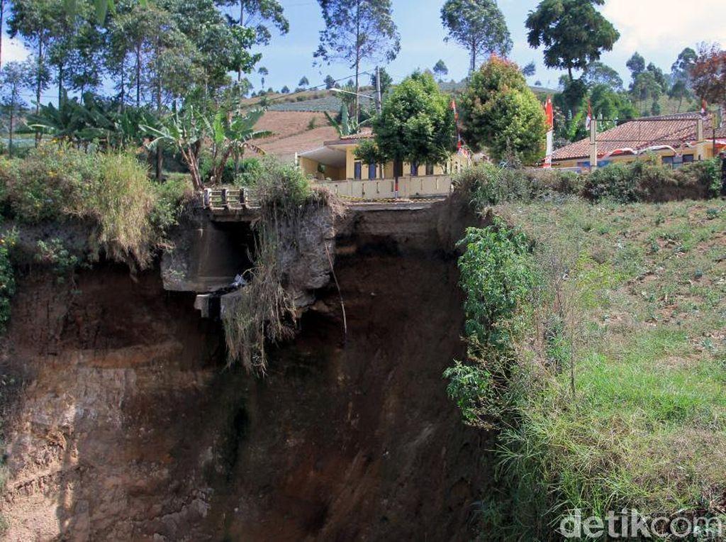 Sudah hampir empat bulan tebing tersebut dibiarkan tanpa perbaikan. Kondisi itu tentunya membuat jalan yang berada di area sekitar tebing rawan terjadi kecelakaan dan pergeseran tanah di jalan tersebut.