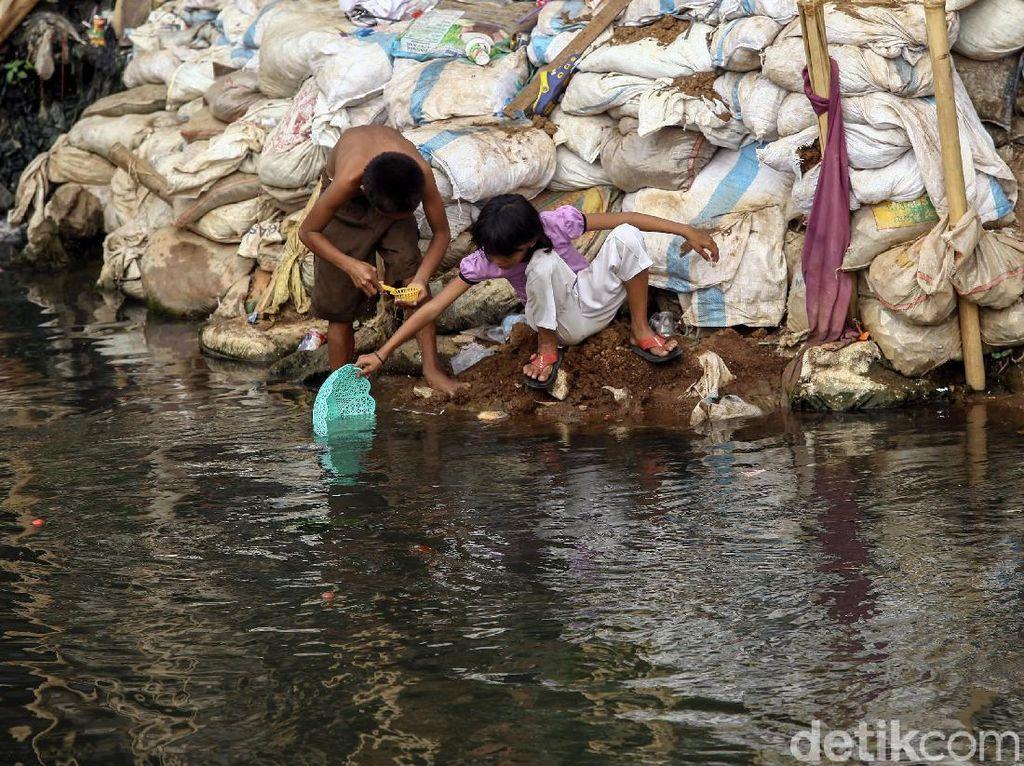 Air Sungai Ciliwung yang mulai surut di kala musim kemarau itu dimanfaatkan anak-anak untuk bermain di pinggir sungai.