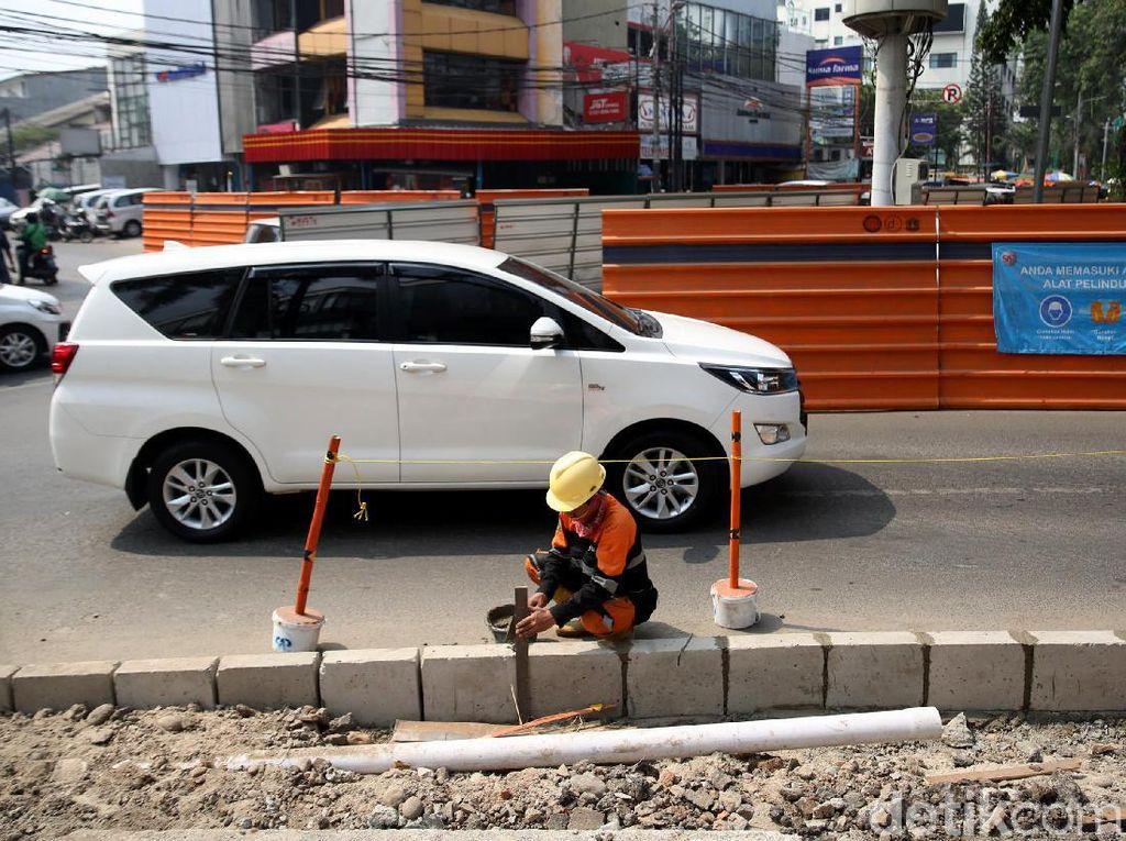 Terkait kritikan trotoar selabar 1,5 meter cukup bagi pejalan kaki, Dinas Bina Marga tidak sepakat. Hari bahkan menyebut idealnya trotoar mencapai 4,5-6 meter.