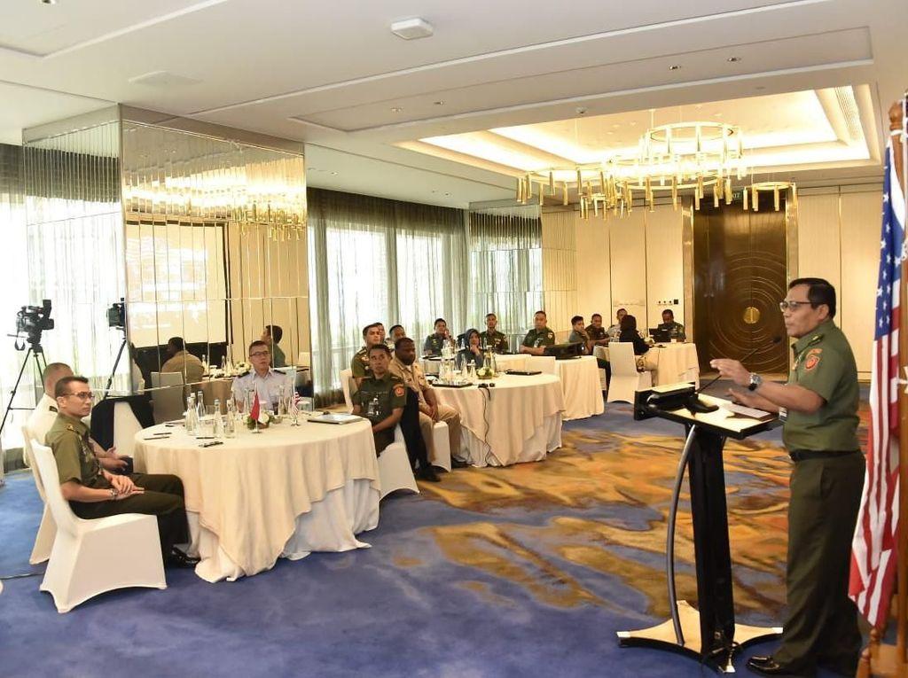Paban VII/Latma Sops TNI berharap para peserta pelatihan memperoleh lebih banyak pengetahuan dan prosedur mempertahankan dan melindungi cyber network. Istimewa/Puspen TNI.