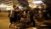 Tuntutan para pedemo juga meluas yakni meminta polisi membebaskan para aktivis, hingga mendorong penyelidikan mandiri atas dugaan kekerasan oleh aparat terhadap warga sipil selama protes berlangsung. (REUTERS/Edgar Su)
