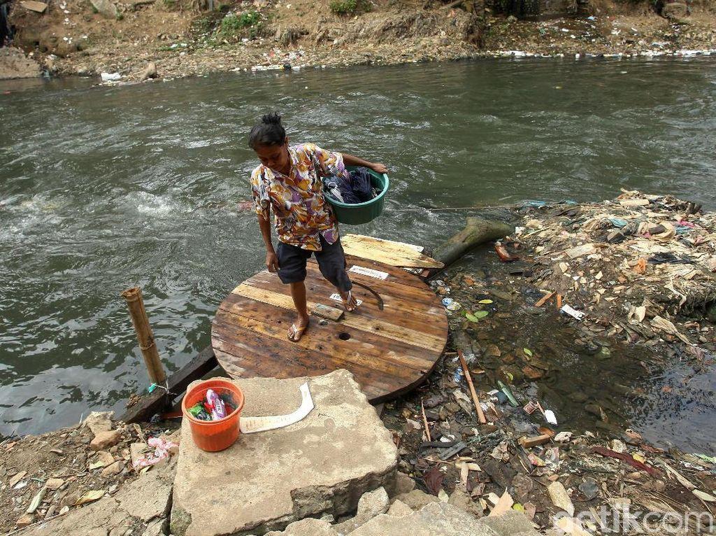 Sebagian besar warga yang beraktivitas di pinggiran Sungai Ciliwung tinggal tak jauh dari sungai tersebut.