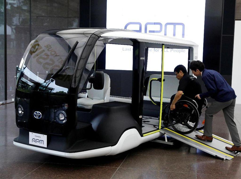 Mobil listrik ini juga dirancang ramah untuk difabel karena juga akan digunakan saat penyelenggaraan Paralimpiade 2020. Tak heran ruang yang cukup luas dibagian kursi penumpang dapat dimanfaatkan untuk para atlet yang menggunakan kursi roda.
