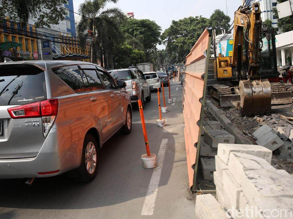 Kemacetan ini dikarenakan adanya pembangunan trotoar yang menjadikan jalan menjadi lebih sempit.